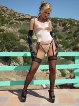Alexis Malone posa con una lencería fina al aire libre, foto 1