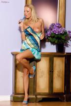 Anita Dark jugando con un dildo azul en su coñito, foto 6