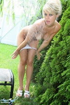 Anna Angel empapada en el jardín, foto 12