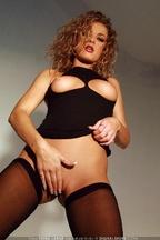 Anna Belle quitándose un vestido negro, foto 4