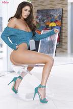 Anna Morna quitándose unas braguitas azules para después abrir su coñito, foto 8