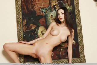 Anna Sbitnaya tumbada sobre unas sábanas blancas, foto 2
