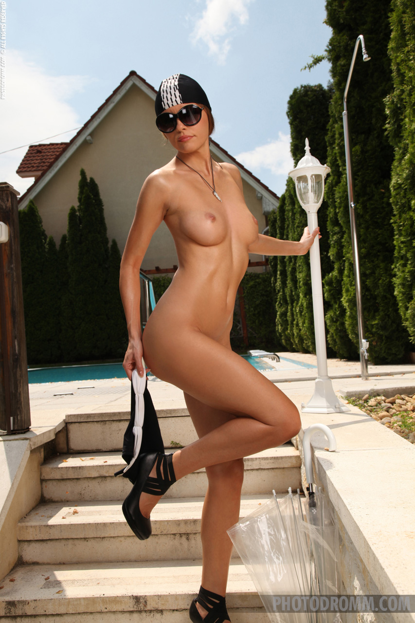 Elizabeth posa desnuda al aire libre XnoStarscom