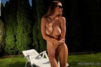 Elizabeth posa desnuda en una tumbona, foto 12