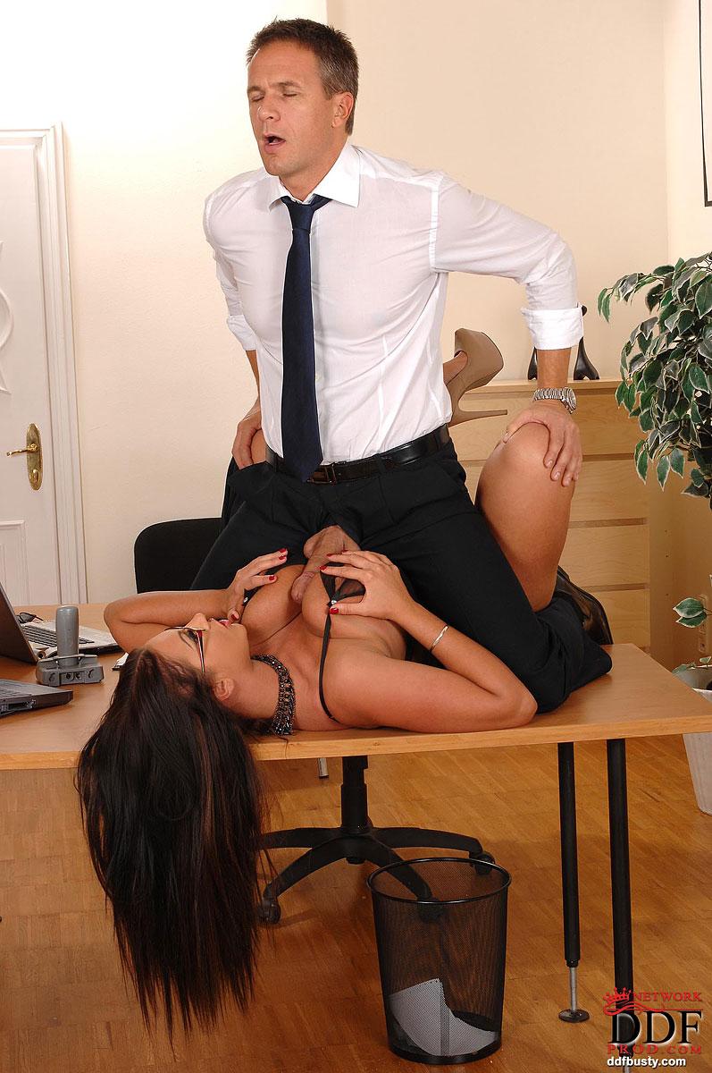 секс на рабочем месте фото