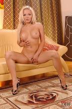 Jenna Lovely desnuda en el sofá, foto 7