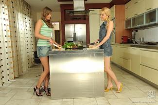 Jessica Lux en un lésbico con Sophie Sweet, foto 1