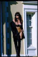 Julie Strain posa al aire libre con una lencería negra, foto 1