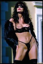 Julie Strain posa al aire libre con una lencería negra, foto 5