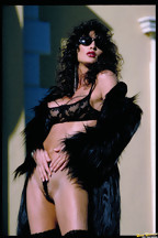 Julie Strain posa al aire libre con una lencería negra, foto 6