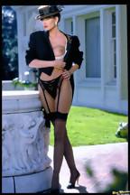 Julie Strain posa al aire libre con una lencería negra, foto 12