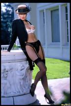 Julie Strain posa al aire libre con una lencería negra, foto 14