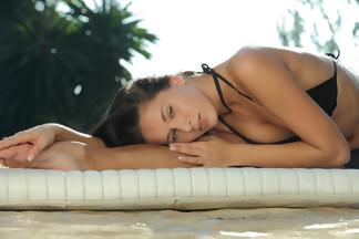 July Saint abierta de piernas en una piscina, foto 9