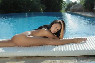 July Saint abierta de piernas en una piscina, foto 16