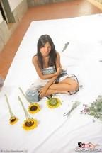 Karla Spice tapándose con girasoles, foto 1