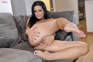 Katrina Jade penetrando su coñito depilado con dos dedos, foto 14