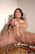 Lana S. desnuda atada a una silla, foto 12
