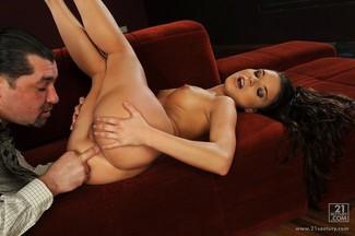 Leslie Taylor saborea y penetra el coñito de Anita Berlusconi, foto 10