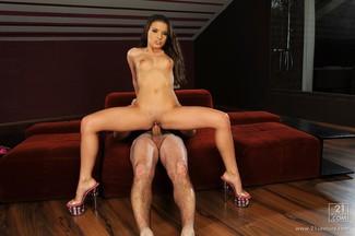 Leslie Taylor saborea y penetra el coñito de Anita Berlusconi, foto 12