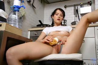 Lina Miles jugando con nata en la cocina, foto 8