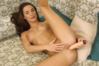 MILF Janet Peron masturbándose con un dildo, foto 15