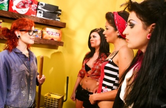 Orgía lésbica con Andy San Dimas, Draven Star, Coco Velvett y Misti Dawn, foto 2