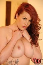 Paige Delight quitándose una braguitas para posar desnuda, foto 13