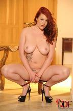 Paige Delight quitándose una braguitas para posar desnuda, foto 16