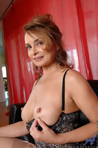 Rebecca Bardoux masturbándose con un dildo naranja, foto 7