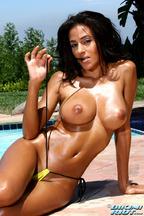 Rita G. y sus impresionantes tetas bajo un bikini amarillo, foto 11