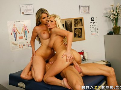 Courtney Cummz y Angelina Ash y Johnny Sins