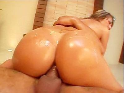Sexo anal con la brasileña Natalia Lemos. Vídeo de 28:09 de duración. Participan: Natalia Lemos, Dhones Portella