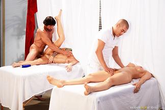Chanel Preston y Monique Alexander en una orgía con Tommy Gunn y Xander Corvus, foto 9