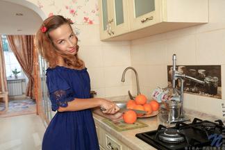 Gina Paige acariciando su clítoris en una cocina, foto 1