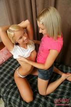 Jessica Miller y Aliza Marcie masturbándose con un cepillo, foto 3