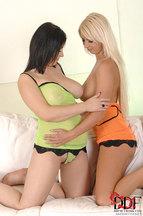 Lésbico entre Nanny y Pamela Blond, foto 6