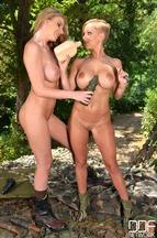 Lésbico entre las pechugonas Loulou Petite y Danielle Maye, foto 7