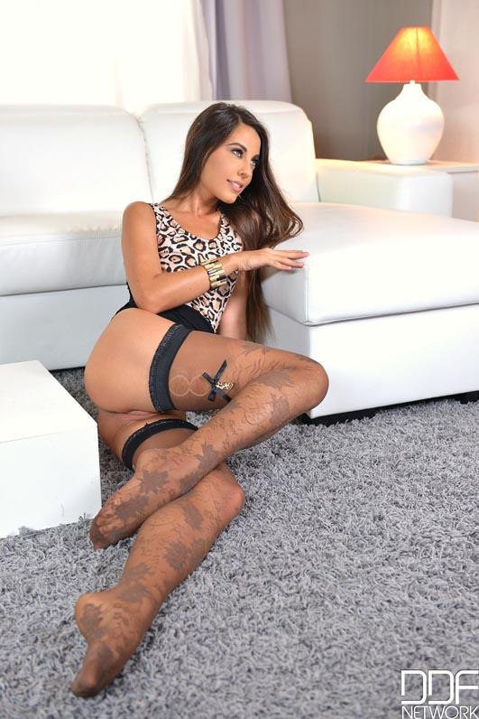 Lorena Garcia Posa Desnuda A Cuatro Patas Con Unas Medias Negras