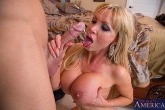 Johnny Sins se corre en la boca de la MILF Nikki Benz, foto 11