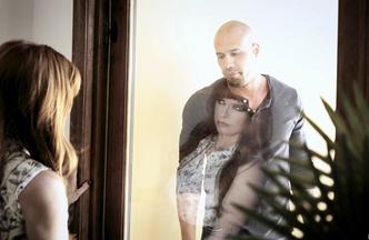 Penny Pax metiéndose el rabo de Carlo Carrera mientras Hef Pounder mira como se la follan, foto 2