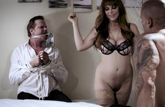 Penny Pax metiéndose el rabo de Carlo Carrera mientras Hef Pounder mira como se la follan, foto 11