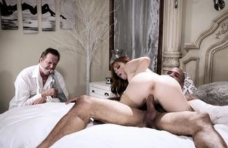 Penny Pax metiéndose el rabo de Carlo Carrera mientras Hef Pounder mira como se la follan, foto 24