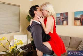 Ryan Driller follándose a la rubia Ash Hollywood a cuatro patas, foto 4
